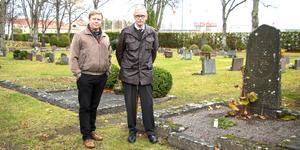 Andreas och Per-Gunnar Pettersson kom från Uppsala för att sätta ett ljus på en av de äldre gravarna på Norrtälje nya kyrkogård. Där vilar Per-Gunnars farmorfar Anders Olsson född 1836 och hans hustru Brita-Kristina född samma år.