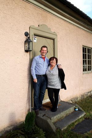 Jan och Leea träffades på biblioteket i Surahammar, där Jan jobbar som kontorist, 1998 och de gifte sig ett år senare.