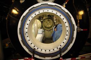 Ombord på fartyget finns tre tryckkammare. Dessa kan ubåtsbesättningen ta sig in i direkt från räddningsfarkosten genom tuber. I en av dem finns ett litet utrymme för att kunna sjukvårda eventuella skadade.