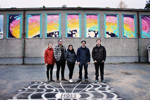 Edsele inflyttningsgrupp framför Edsele Friskolas idrottssal. Från vänster, Felicia Edholm, Axel Laxvik, Denise Häggblom, Robert Vik och Felix Karlström.