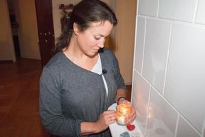 Ljuset i vardagsrummet brinner för Elisabets son Björn – varje dag.