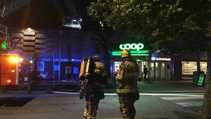 Räddningstjänsten tog sig snabbt upp på taket och kunde släcka branden. Därefter kunde man konstatera att den inte spridit sig till takkonstruktionen eller byggnaden i övrigt.