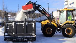 I centrala Timrå arbetade man med att forsla bort snömängderna till snötippar.