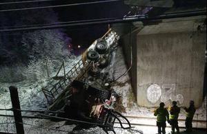 Traktorn gled ner från en järnvägsbro och landade mitt på järnvägsrälsen. Foto: Räddningstjänsten Nordmaling
