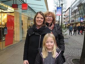 Lisbeth Karlsson, Ingela och Meja Bygård hade varit på bio och tog sedan en sväng förbi stan