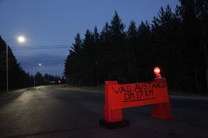 En  tillfällig vägskylt berättar en del av historien om branden och evakueringarna.