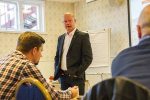 Nicklas Bremefors, Ljusdals kommunchef, har fått i uppdrag att arbeta fram ett förslag för hur kommunen kan stötta hallbolaget.