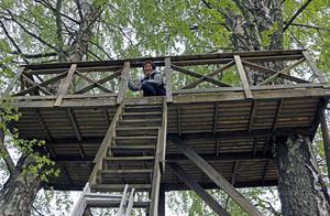 Uppe bland trädkronorna, ungefär fem meter upp i luften, har Ingalills make Torbjörn byggt en altan.