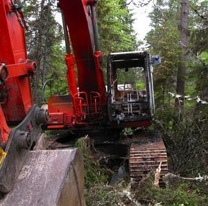 Eldhärjad. Grävmaskinen vid Byråsen i Malung har i helgen utsatts för grov skadegörelse och brand och den nästan en miljon dyra grävmaskinen är totalförstörd. Det finns ingen misstänkt för dådet.