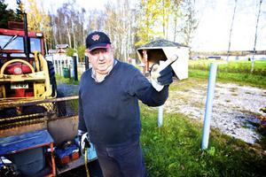 Sven-Erik Danielsson på sin av kommunen nyförvärvade rastplats. Marken arrenderar han av makarna Stål i Vanhäll, utifrån ett synnerligen förmånligt arrendeavtal om en krona per år i fem år.