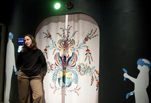 Industridesignern Sofie Notstrand utanför sin skapelse.