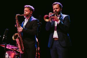 Till höger: skicklige Västeråstrumpetisten Jonne Bentlöv rev ner applåder flera gånger under konserten. Bild: Martin Bohm