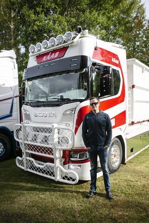 Robert Karlsson från Uppsala stoltserar framför sin välputsade lastbil.
