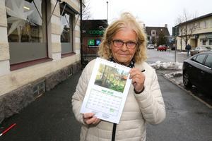 Inger Jonsson med 2020- års Mullhyttealmanacka. Fotona har röstats fram.