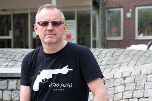 Juha Nurmenniemi spelar bas och skriver låtar för punkbandet Dead Pollys.