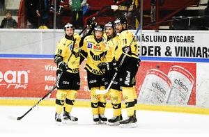 Chris Langkow, Mikael Frycklund, Jimmie Jansson och Niklas Lihagen firar ett mål i början av kvalserien i mars 2017. Men en månad senare stod det klart att klubben ramlade ur hockeyallsvenskan. FOTO: Arkiv/Oliver Åbonde
