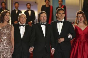 Sofie Gråbøl, Bruno Ganz, Lars von Trier, Matt Dillon, and och Siobhan Fallon Hogan poserar på röda mattan under Cannes-festivalen. Foto: Joel C Ryan/Invision/AP)