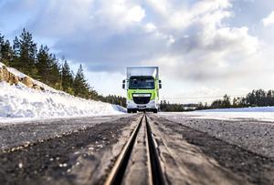 En lastbil på en testbana vid Arlanda.