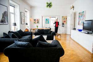 Familjen har haft stora ytor att inreda. Den färgsprakande konsten blir livfulla kontraster till den lugna, ljusa basen.