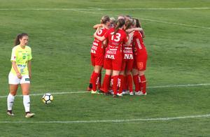Lidköpings Moa Heinulf (till vänster) spelade mot Kif Örebro förra året. På tisdag ska hon träna med laget. Arkivfoto