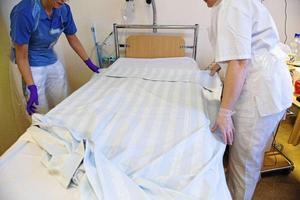 Vårdpersonal bäddar en säng på en vårdavdelning. Bild: Bertil Ericson/TT Arkiv