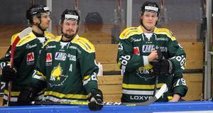 Marwin Ingmarsson, till höger, redo att ge sig ut på ett nytt ispass i matchen. Anton Grenholm i mitten.