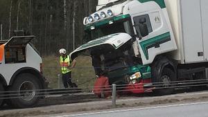 Ett omfattande saneringsarbete, förutom bärgningsarbetet, medförde att vägen stängdes av.