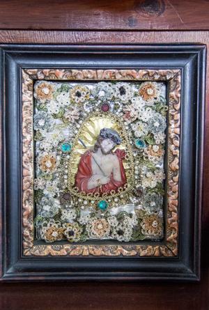 Föremål med religiösa motiv är något som Sara samlar på. Här är en Jesustavla med fina, små detaljer.