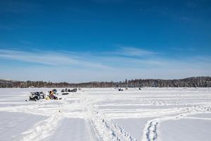 Under blå himmel satt alla 50 lag utspridda på Roggsjön.