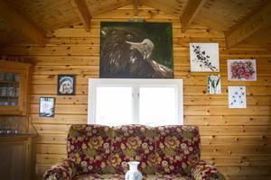 Stugan på tomten blev en perfekt plats för Therese Riepe att visa upp sin konst.