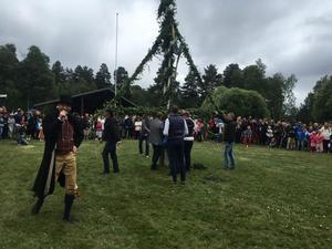 Majstången sattes ihop med spännband, så att festligheterna kunde fortsätta.