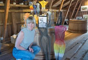 Ylva Jonsson bidrar med skulpturer i nät på Nebulosa gård under årets konstrunda.