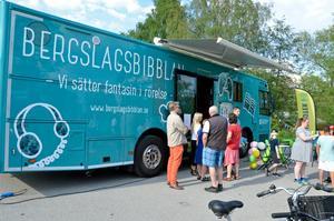 Många nyfikna samlades kring den nya biblioteksbussen när den visades upp för första gången på Lindedagen.