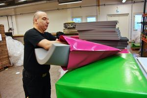 Madrasser för att åka i pulkbackar är en av företagets största produkter. Samir Kanounji packar in stoppningen innan sömmen svetsas ihop med högfrekvent svetsning.