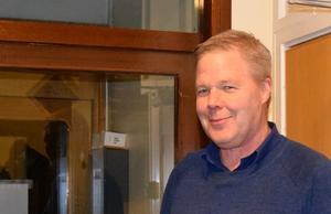 Leif Lindström, tidigare kommunalråd (V),  kritiserar socialdemokraterna hårt efter beskedet att de vill lägga ner Borlänge modern.
