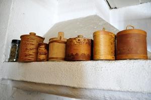 I askarna finns olika kryddor och örter som Mia samlat in under året.