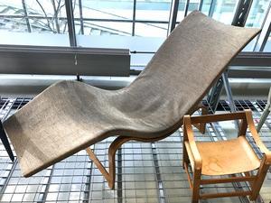 Liggstolen. Bruno Mathsson visade upp den här på en utställning i Göteborg 1936. Den tillverkades bara under några få år. I dag är hans liggfåtölj Pernilla betydligt mer känd. Barnstolen är designad av John Kandell 1966 för Källemo i Värnamo.