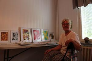 Britt-Inger Vikberg i sin ateljé i Ludvika. Här målar hon tavlor av hett vax.
