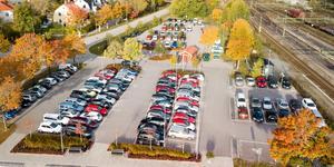 Parkeringsproblem vid Sala station. Det finns inte tillräckligt med parkeringsplatser.