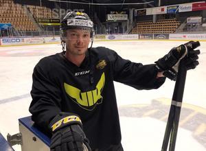 Köping Hockeys poängkung Anton Svensson tränade med VIK under tisdagen.