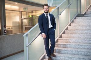 Alexander Rosenberg är vald till ny gruppledare för Moderaterna, som kommer att samarbeta med Liberalerna och Realistpartiet för att få mer inflytande i nämnder och styrelser.