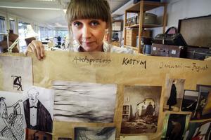 Än är det långt till premiär och det finns ingen scenografi eller kostym att fotografera. Här är Anna Pareto i Folkteaterns kostymateljé med en stor karta av inspirationsbilder – bland annat Kafkas egna teckningar längst upp till vänster.