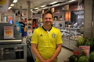 Magnus Vikström, butikschef på ICA Supermarket i Matfors, fick vara kvar i mataffären i många timmar efter stängning för att säkerställa att matvarorna inte blev dåliga.