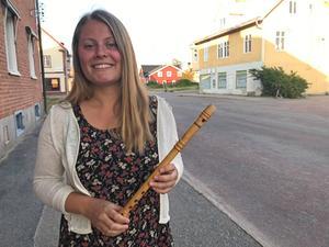 Johanna Bergman från Sveg spelar härjedalspipa.