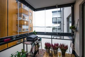 Lägenheten på Storsjö Strand har två altaner och är på 83 kvadratmeter i ett hus som är byggt 2017. Foto: Storsjömäklarna