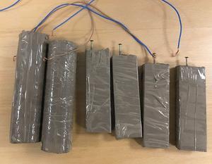 Träbitar invirade i emballagetejp och fastsurrade elkablar räckte för att åtminstone på håll skapa en illusion av en självmordsbombares sprängladdning. Foto: Polisen Ludvika