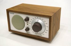Jag kommer på mig själv att jag lyssnar på radion stora delar av dagen och kvällen.