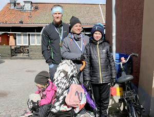 Magnus Emilsson och Marie Ulfves sprang tillsammans. Barnen Filip  Kullinger och Tyra Ulfves hejade på.