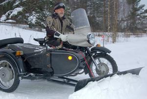 Elving Solli på sin 650-kubikare av märket Dnepr – med sidovagn och snöblad.