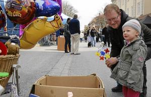 Tvååriga Kajsa Gyris vill ha en ballong med Hello Kitty-motiv. Pappa Nicklas Plånborg ser till att önskningen blir verklighet.